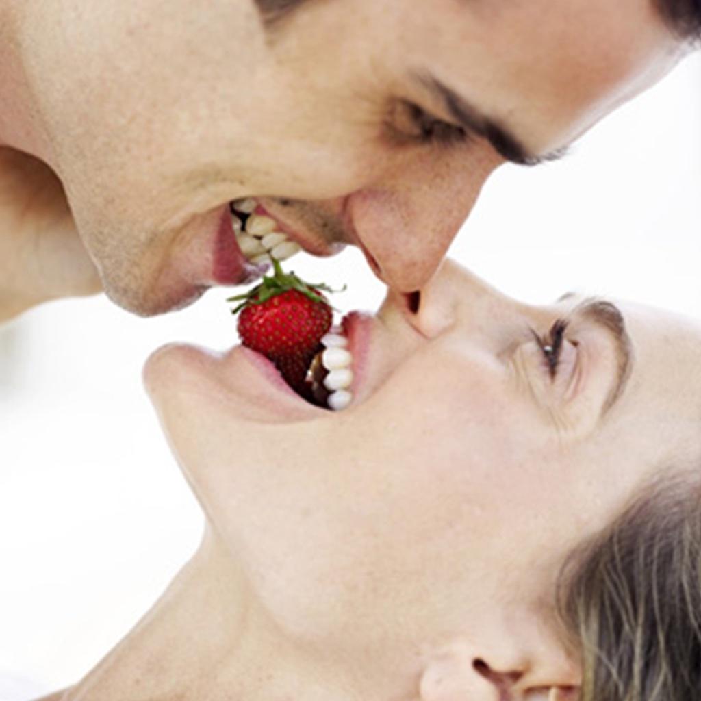 Фото как девушка кусает шоколад